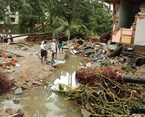 India monsoon floods 'kill more than 300' in Kerala